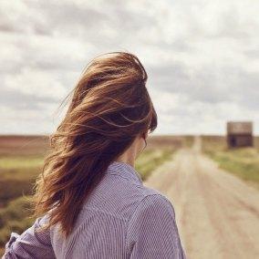 chica-espaldas-melena-viento